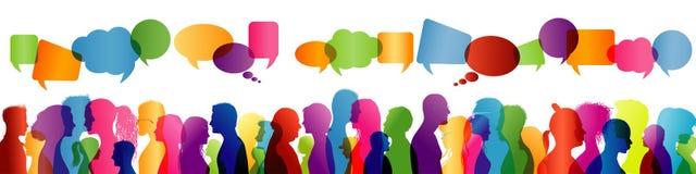 Communication entre les personnes Groupe de personnes parler Parler de foule Silhouette colorée de profil Bulle de la parole illustration de vecteur