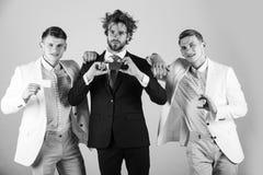 Communication et association Trois hommes tenant les cartes vierges Photo stock