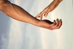 Communication et connexion association et amitié Deux mains sur le ciel bleu nuageux Photos libres de droits