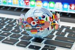 Communication globale d'Internet, transmission de messages en ligne et concept de traduction Photo libre de droits