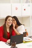Communication heureuse d'étudiants Photo libre de droits
