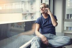 Communication heureuse de retraité par le téléphone portable Image stock