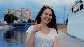 Communication non-verbale NVC Belle jeune femme montrant à tout-être-bon signe russe avec des doigts un sourire de ND clips vidéos