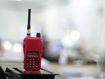 Communication par radio sur la table et le fond brouillé Image stock