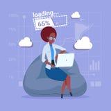 Communication sociale de réseau de media d'applications logiciel de chargement d'ordinateur portable d'utilisation de femme d'aff Photo stock