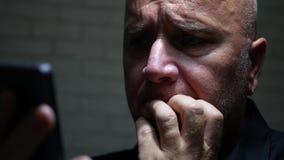 Communication stupéfaite et déçue de Text Using Cellphone d'homme d'affaires clips vidéos