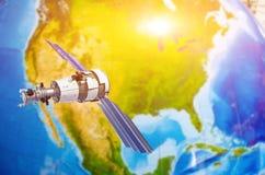 Communications de cheminement de satellite dans l'espace au-dessus du Canada du nord de l'Amérique, Etats-Unis, Mexique Photo libre de droits