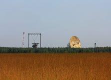 Communications par satellites paraboliques d'antenne Images libres de droits