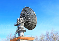 Communications par satellites paraboliques d'antenne Photos stock