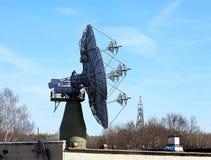 Communications par satellites paraboliques d'antenne Images stock