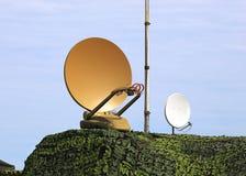 Communications par satellites paraboliques d'antenne Image stock