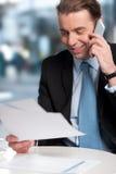 Communicatng del hombre de negocios en el teléfono foto de archivo