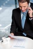 Communicatng del hombre de negocios en el teléfono fotografía de archivo libre de regalías
