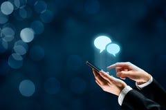 Communiceer op smartphone royalty-vrije stock afbeelding