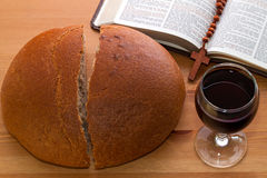 Communion, pain, vin et bible sur la table Photographie stock libre de droits