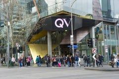 Communters que cruza la calle fuera del QV, reina Victoria Village en Melbourne Imagen de archivo libre de regalías