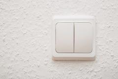 Commutateur électrique sur le mur blanc Photographie stock libre de droits