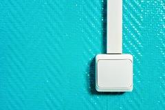 Commutateur blanc avec une chaîne câblée sur un mur de turquoise photos libres de droits