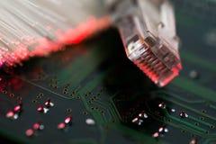 Commutateur d'Internet, fibres optiques rougeoyantes sur la carte d'ordinateur photographie stock libre de droits