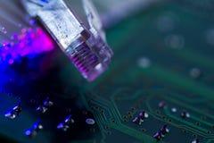 Commutateur d'Internet, fibres optiques rougeoyantes sur la carte d'ordinateur photos stock