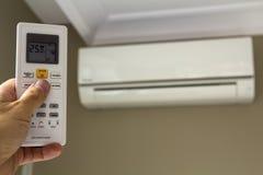 Commutateur de commande de holdind de main du climatiseur à la maison photo stock