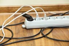 Commutateur de courant électrique sur le plancher de bureau Images libres de droits