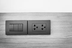 Commutateur de débouché sur le mur dans la maison, équipement qui relie l'electrica Photographie stock