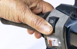 Commutateur de phare de pressing de main pour la lumière de bas niveau sur la vieille poignée de moto image libre de droits