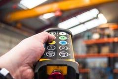 Commutateur de pressing de main pour la grue hydraulique industrielle photos libres de droits