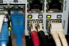 Commutateur de réseau Ethernet avec des câbles d'Ethernet Photo libre de droits