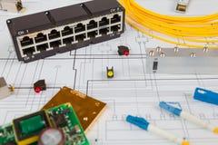 Commutateur de réseau, Ethernet d'UTP et câble à fibres optiques et d'autres composants électroniques Photo stock
