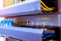Commutateur de r?seau et c?bles d'Ethernet, concept de centre de traitement des donn?es photos libres de droits