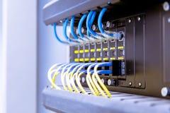 Commutateur de r?seau et c?bles d'Ethernet, concept de centre de traitement des donn?es image libre de droits