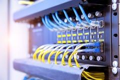 Commutateur de r?seau et c?bles d'Ethernet, concept de centre de traitement des donn?es images libres de droits
