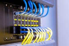 Commutateur de r?seau et c?bles d'Ethernet, concept de centre de traitement des donn?es image stock