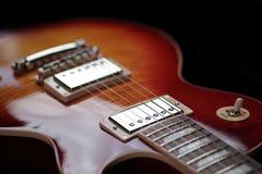 Commutateur de rythme et collecte triples de cou sur la nouvelle guitare électrique photos libres de droits