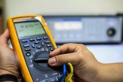 Commutateur de tour de technicien de multimètre pour le calibrage avec le calibreur multi de précision photo libre de droits