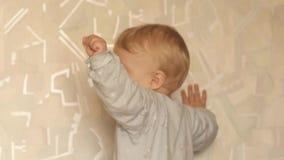 Commutateur espiègle de bébé garçon de mois 9-10 sur la lumière banque de vidéos