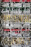 Commutateur et câbles de réseau photos stock