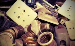 Commutateurs électriques antiques et lampes électriques à vendre Photo libre de droits