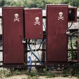 Commutateurs électriques dans de vieilles boîtes sales avec le crâne de symboles photo libre de droits