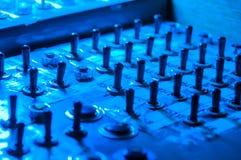 Commutateurs et culbuteurs multiples dans une lumière bleue Image stock