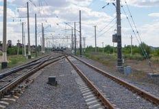 Commutateurs ferroviaires avant des trains de cargaison arr?t?s ? assortir la station image stock