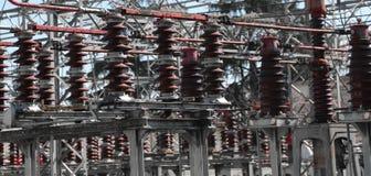 Commutateurs industriels d'une centrale avec la puissance à haute tension lin image stock