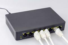 Commutatore del hub del collegamento a Internet ed usb delle terre di bianco immagini stock libere da diritti