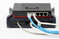 Commutatore di Ethernet isolato e lan del router sui precedenti bianchi Immagine Stock