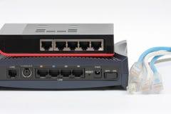 Commutatore di Ethernet isolato e lan del router sui precedenti bianchi Immagini Stock