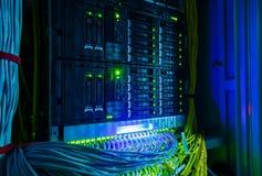 Commutatore di rete e primo piano dei cavi di Ethernet di UTP nella stanza del server Immagini Stock Libere da Diritti