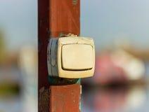 Commutatore elettrico, fuori, appendente su un palo la via, giorno soleggiato Immagine Stock Libera da Diritti