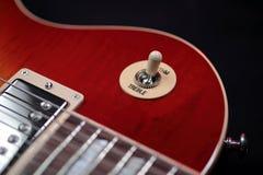 Commutatore triplo di ritmo sulla nuova chitarra elettrica fotografie stock libere da diritti